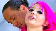 Sabrina Sweet la jeunette aux gros seins et sa crinière rose