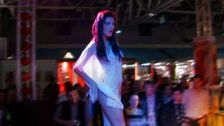 Sur scène du salon de l'erotisme, Jessica Blue fait le spectacle