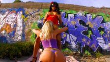 Lesbiennes trash à la plage, elle mouille énormément la latina