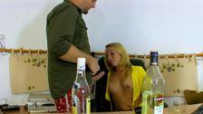 Blonde se fait enculer après que l'effet de l'alcool agisse