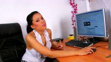 Beurette aux gros seins baisée sur le bureau