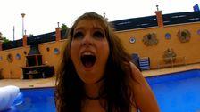 Un porno a la piscine avec des amis