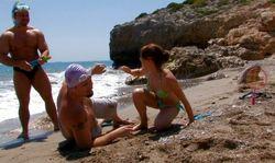 Elle se laisse aborder à la plage par des inconnus