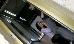 Opération chasse à la jolie brunette salope dans l'ascenseur