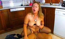 Vieille cochonne francaise se fait baiser dans la cuisine