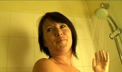 Mère de famille nue sous la douche