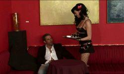 Une jolie serveuse va être baisée au travail par un client