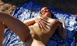 Une nudiste sodomisée à sec sur la plage pour une baise torride