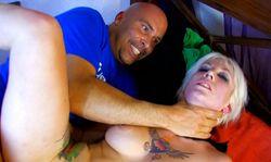 La bite en feu, il défonce cette jolie blonde tatouée!