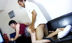 Jeune amatrice baisée sur le canapé par son mec